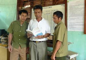 Ban Công an xã Đồng Tâm (Lạc Thuỷ) thường xuyên trao đổi, nắm bắt thông tin về tình hình ANTT trên địa bàn.