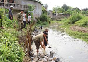Chiến dịch đã huy động nhân dân tổ 9, phường Thái Bình nạo vét dòng chảy, kè gia cố trên tuyến suối Chăm.