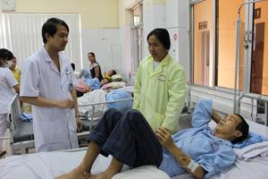 Sau dùng lá du mại chữa táo bón, ông Hà Văn Ẳm ở xóm Bui, xã Mãn Đức (Tân Lạc) nhập viện cấp cứu vì bị ngộ độc, tan máu cấp.