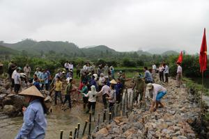 Nhân dân thôn Nèo, xã Sơn Thủy (Kim Bôi) tham gia xây dựng kè đá hộc kiên cố bờ suối để nâng cao hiệu quả phục vụ sản xuất nông nghiệp và phòng - chống lũ bão.
