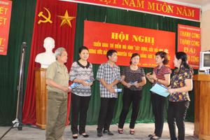 Các đại biểu trao đổi cách thức thể hiện nguyên tác bình đẳng giới trong hương ước, quy ước.
