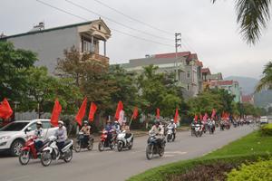 Trên 100 người tham gia diễu hành cổ động về tháng tháng hành động trên đường Trần Hưng Đạo (TP. Hòa Bình).