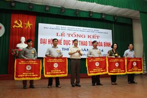 Đồng chí Bùi Văn Cửu, Phó Chủ tịch TT UBND tỉnh trao cờ của BTC cho các đơn vị tổ chức tốt Đại hội TD-TT cấp huyện, thành phố.
