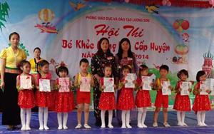 """BTC trao giải cho các trường đạt thứ hạng cao tại Hội thi """"Bé khoẻ măng non"""" huyện Lương Sơn năm học 2013-2014."""