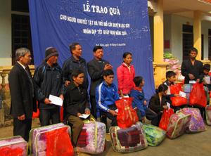 Hội bảo trợ NKT&TMC tỉnh phối hợp với Công ty may Hùng Cường, Đạo tràng Chân Tịnh (Hà Nội) tặng quà NKT và TMC huyện Yên Thủy.