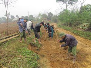 ĐV-TN tham gia làm đường giao thông nông thôn tại xã Hào Lý (Đà Bắc) thiết thực hưởng ứng tháng thanh niên.