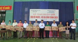 Trao ti vi cho hộ nghèo, gia đình chính sách tại huyện Kim Bôi.