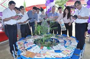 Các đại biểu thăm các gian trưng bày nhân ngày sách Việt Nam tại Yên Thuỷ (21/4).