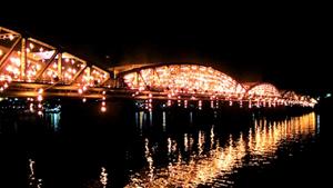 Cầu Trường Tiền rực sáng trong đêm 18-4.