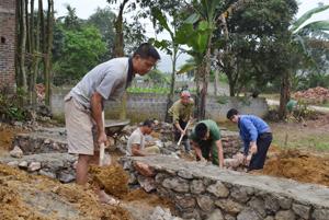 Thực hiện việc học tập và làm theo tấm gương đạo đức Hồ Chí Minh, người dân thôn Đồng Bầu, xã An Bình (Lạc Thủy) giúp đỡ ngày công cho các hộ gia đình khó khăn.