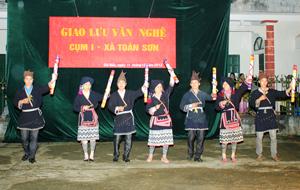 Đội văn nghệ xã Toàn Sơn (Đà Bắc) duy trì các điệu múa truyền thống của dân tộc Dao.