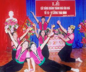 Đội văn nghệ tổ 15, phường Thái Bình (TPHB) hát múa mừng khánh thành nhà văn hóa.