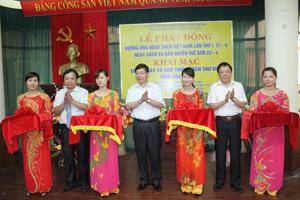 Đồng chí Bùi Văn Cửu, Phó Chủ tịch TT UBND tỉnh và lãnh đạo Sở VH-TT&DL cắt băng khai trương trưng bày và giới thiệu sách Thư viện tỉnh.