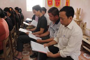 Nam nông dân xã Mông Hoá (Kỳ Sơn) tìm hiểu các kiến thức về bình đẳng giới.