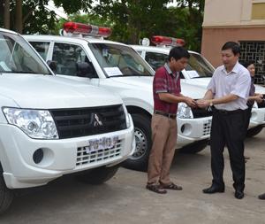 Đồng chí Bùi Văn Cửu, Phó Chủ tịch TT UBND tỉnh  trao chìa khóa xe cứu thương cho giám đốc bệnh viện đa khoa tuyến huyện.