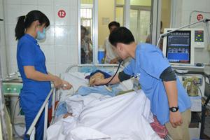 Bác sĩ khoa Hồi sức cấp cứu (Bệnh viện Đa khoa tỉnh) thăm khám sức khỏe cho bệnh nhân bị tai biến mạch máu não.