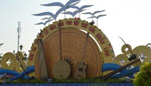 Cổng chào vào khu Quảng trường Hùng Vương của tỉnh Bạc Liêu- nơi sẽ diễn ra các hoạt động Festival Đờn ca tài tử quốc gia lần thứ nhất