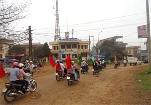 Đoàn viên thanh niên, học sinh và  cán bộ, công chức thuộc các cơ quan, ban, ngành, đoàn thể huyện Lạc Sơn diễu hành tuyên truyền về VSATTP.