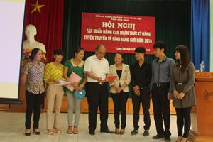 Các học viên của huyện Lương Sơn trao đổi chia sẻ kỹ năng truyền thông về bình đẳng giới tại cơ sở.