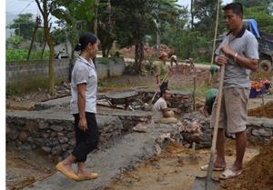 Anh Bùi Văn Chung giúp đỡ làm nhà cho gia đình chị Trần Thị Loan, thôn Đồng Bầu (An Bình - Lạc Thuỷ).