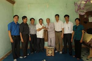 Đoàn đến thăm và tặng quà thương binh Nguyễn Tấn Long, xóm Nhả - xã Hợp Thành.