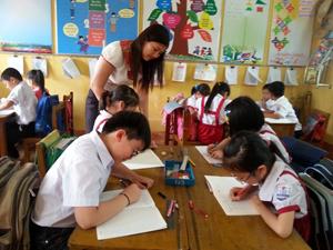 Cô Nguyễn Thị Bình trong giờ dạy viết chữ.