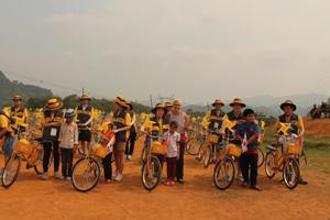Đại diện ChildFund Việt Nam, tập đoàn tài chính KB Hàn Quốc trao tặng xe đạp và mũ bảo hiểm cho trẻ em xã Bắc Phong.