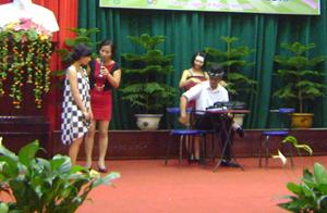 Các nội dung tuyên truyền về phòng -chống xâm hại tình dục được thể hiện sinh động tại hội thi, hội diễn nghệ thuật. Ảnh: Hội thi gia đình văn hoá huyện Tân Lạc năm 2013.