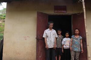 Em Bàn Thị Hương (thứ 2 từ phải qua) cùng gia đình tại ngôi nhà đại đoàn kết được xây dựng từ năm 2005.