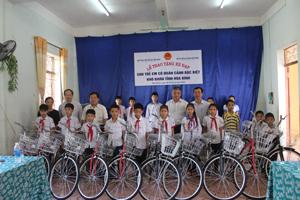 Đồng chí Doãn Mậu Diệp, Thứ trưởng Bộ LĐ, TB&XH cùng đại diện lãnh đạo Quỹ Bảo trợ trẻ em Việt Nam, Sở LĐ, TB&XH trao tặng xe đạp tại trung tâm công tác xã hội.