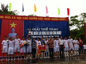 Ban tổ chức trao cúp và phần thưởng cho CĐ Công ty TNHH Sankok Việt Nam, đội đoạt giải nhất nội dung bóng đá