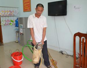 Đối tượng Phạm Văn Thanh cùng tang vật tại cơ quan công an.