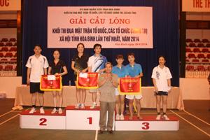 Lãnh đạo LĐLĐ tỉnh trao thưởng cho các VĐV đạt thành tích tại giải đấu.
