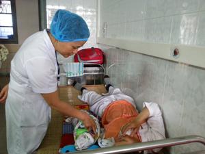 Bác sỹ Nguyễn Thị Thoa, Phó khoa sản, Bệnh viện Đa khoa tỉnh tư vấn sức khỏe cho bà mẹ sau sinh.