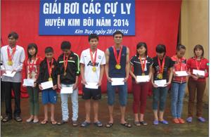 Ban tổ chức trao giải cho các vận động viên có thành cao.