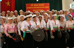 Nghệ nhân Đinh Kiều Dung truyền dạy đánh cồng chiêng và hát dân ca Mường cho phụ nữ huyện Kỳ Sơn.