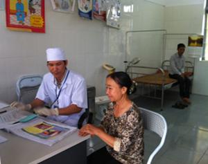 Cán bộ Trạm y tế xã Liên Hòa (Lạc Thủy) tư vấn sức khỏe cho nhân dân.