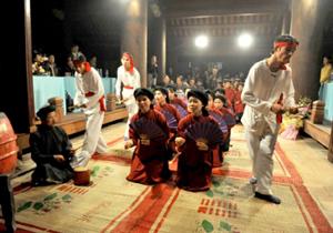 Biểu diễn hát Xoan trong lễ hội cổ truyền ở Phú Thọ