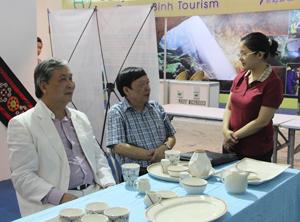 Lãnh đạo Sở VHTT&DL và Công ty CP Du lịch An Thịnh tại Hội chợ Du lịch Quốc tế 2015.