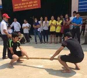 Các vận động viên tham gia thi đấu nội dung đẩy gậy nam.