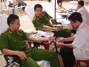 Các tình nguyện viên LLVT của thành phố đang tình nguyện hiến máu.