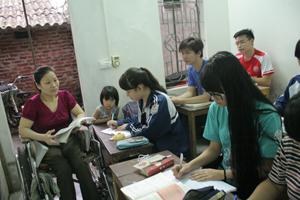 Hà Thị Minh Huệ vượt qua khó khăn truyền đạt kiến thức cho các em học sinh.