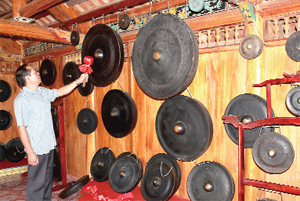 Giám đốc Bùi Thanh Bình và không gian văn hóa cồng chiêng tại bảo tàng.