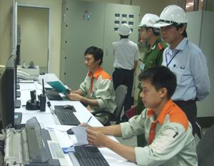 Đoàn kiểm tra thực tế tại Công ty TNHH Japfa comfeed Việt Nam chi nhánh Hòa Bình.