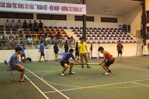 Sau lễ khai mạc đã diễn ra trận thi đấu đẩy gậy giữa 2 VĐV của đơn vị huyện Tân Lạc và Yên Thủy.