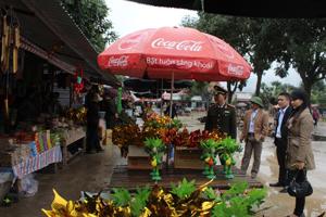 Lực lượng chức năng kiểm tra việc chấp hành pháp luật tại điểm du lịch, lễ hội trên địa bàn huyện Lạc Thuỷ.