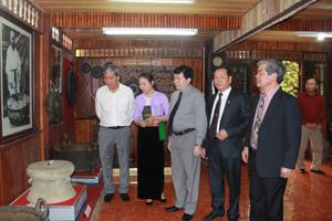 Đồng chí Nguyễn Văn Chương, Phó Chủ tịch UBND tỉnh và đại diện Bộ VH, TT&DL, các sở, ngành và du khách thăm quan các gian trưng bày tại Bảo tàng di sản văn hoá Mường.