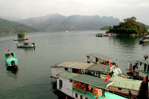 Hoạt động vận tải thủy trên hồ sông Đà diễn ra sôi động.