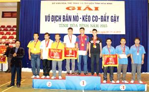 BTC trao giải ở nội dung đồng đội nam đứng bắn cho các VĐV đoạt giải.