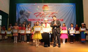 BTC trao giải cho 2 thí sinh đạt giải nhất tại hội thi.
